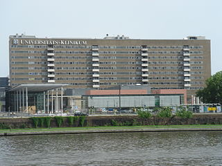 Kostensteigerungen entstanden unter anderem bei der Sanierung des Bettenhauses des Uniklinikums Frankfurt (Foto rupp.de (Lizenz CC BY-SA 3.0))